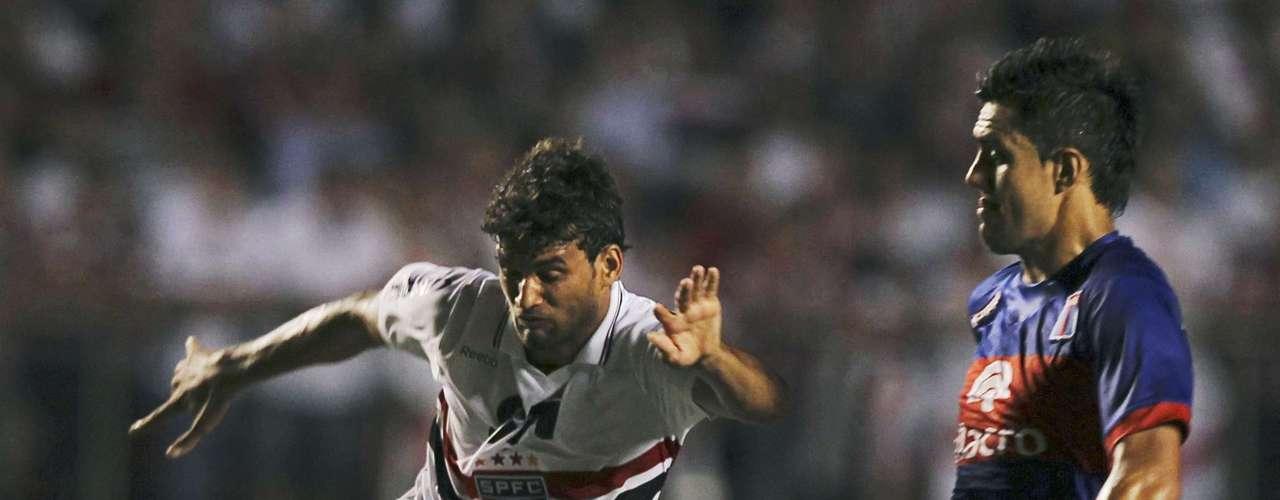 Willian Jose (L) of Brazil's Sao Paulo battles Norberto Paparatto of Argentina's Tigre. REUTERS/Paulo Whitaker (