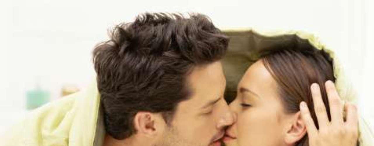La primera noche con tu novio está llena de nervios, emoción y expectativas. Se rompe una barrera y se abren a compartir un momento de intimidad y vulnerabilidad. Esta noche es la que dará la primera impresión por lo que hemos recopilado los errores más comunes que suceden en esta ocasión especial.