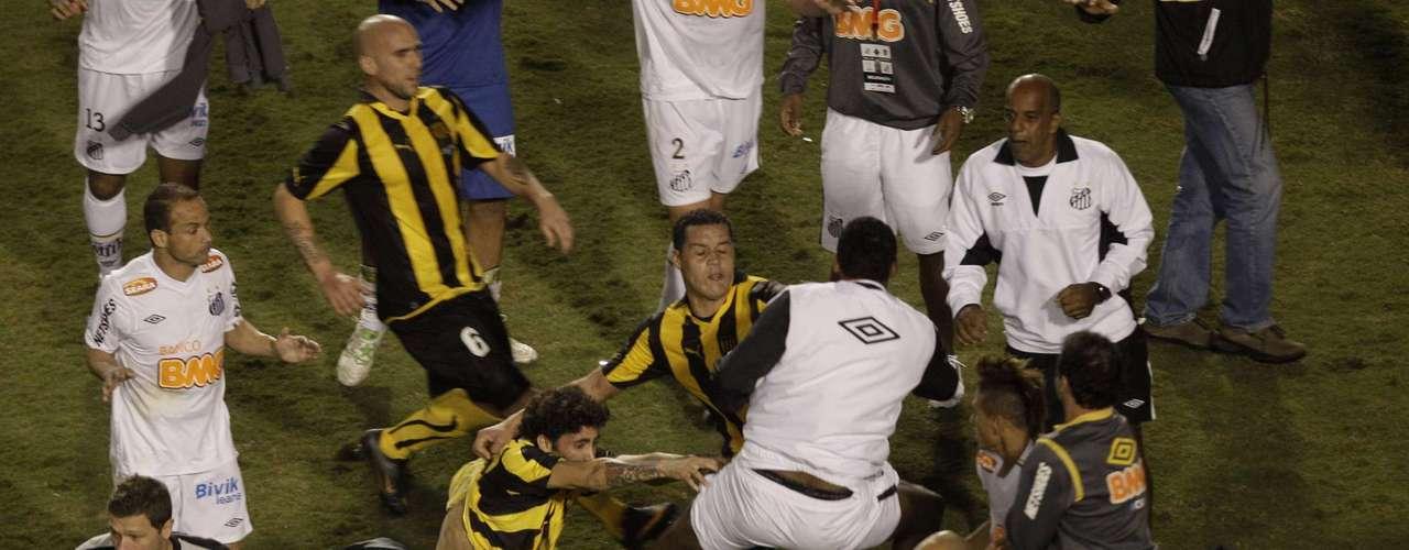 El 22 de junio de 2011, luego de la final de la Copa Libertadores, en la que Santos se había proclamado campeón, algunos jugadores de Peñarol no supieron afrontar la derrota y se pelearon a puños y patadas con algunos miembros del cuadro brasileño.