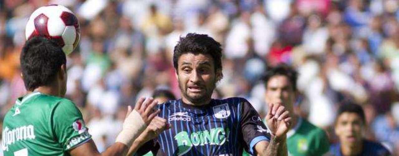 Carlos Bueno se lleva el 'tronco' de la jornada 1 por fallar un penalti que significaba el empate para Querétaro contra León, que después terminó con derrota 2-0. Además, el uruguayo cobró lesionado y debió dejar que otro compañero cobrara el penal.