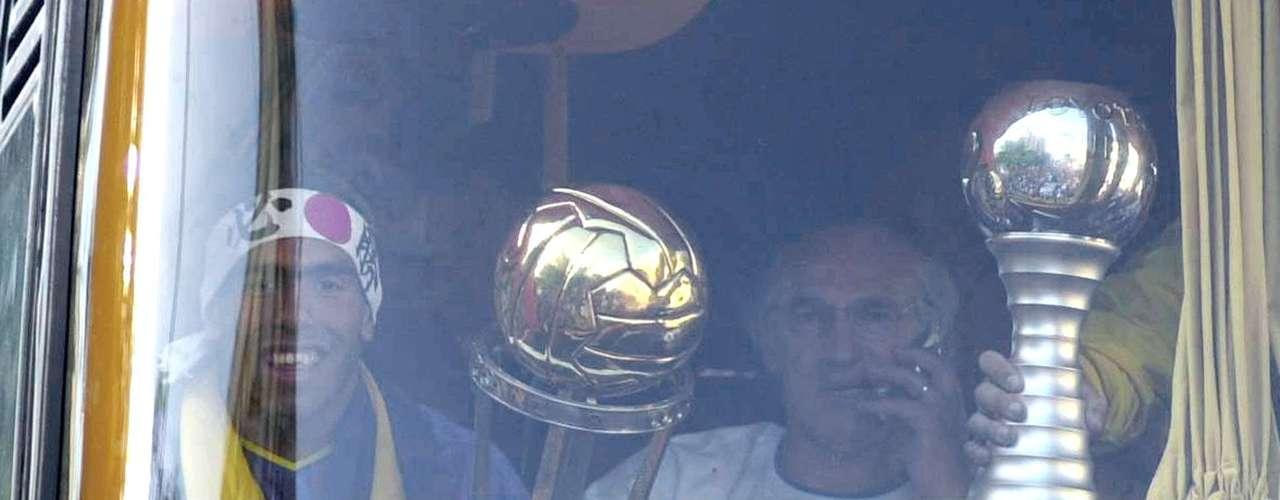 Al regreso a Buenos Aires, el DT mostró la Copa Intercontinental 2003 a los hinchas desde el micro