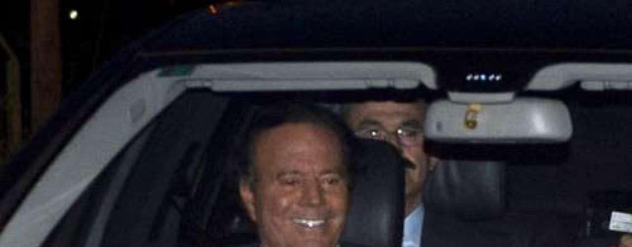 El cantante, Julio Iglesias, llegó sin su mujer, Miranda ni sus hijos. Estuvo muy atento con Julio Iglesias Jr. y su exmujer, Isabel Preysler.