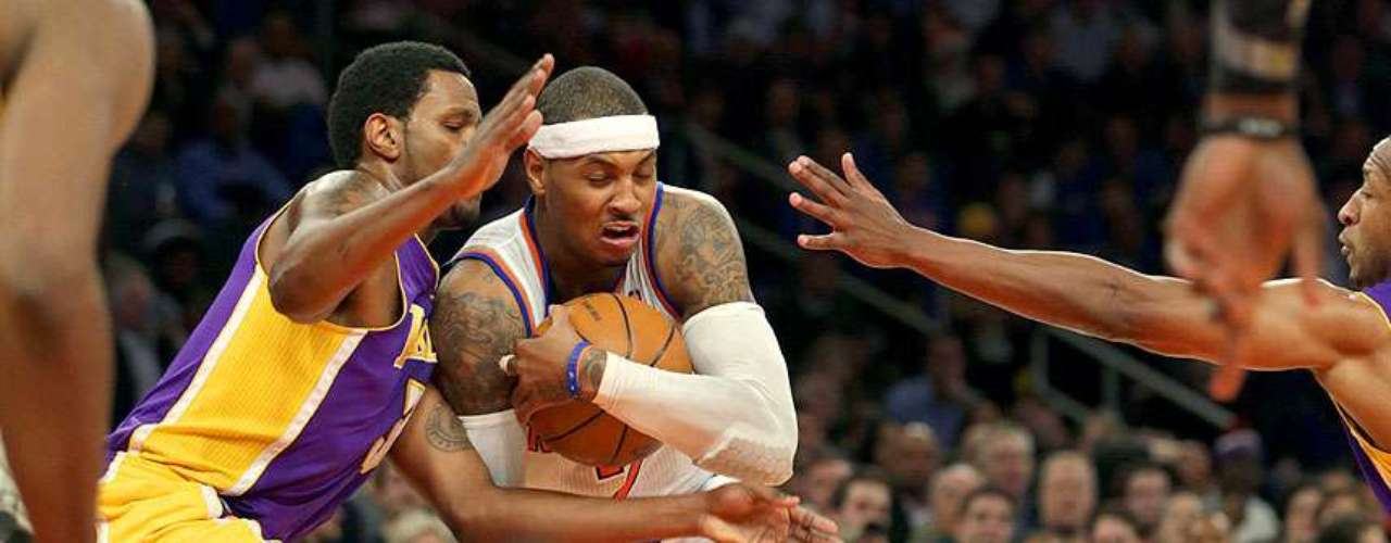 Lakers vs. Knicks: Carmelo Anthony (7) protege el balón de la presión defensiva de Devin Ebanks (3).