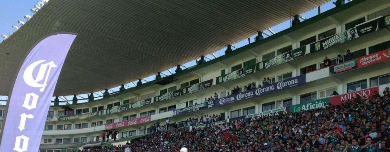 La llegada del zaguero michoacano provocó gran expectativa en la afición leonesa. Más de cinco mil seguidores asistieron al Nou Camp para su presentación