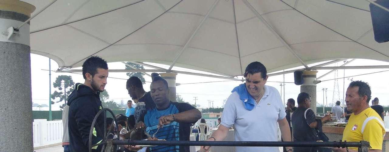 Camilo Vargas degusta el asado organizado por todo el plante de Independiente Santa Fe y realizado por Locos de Asar