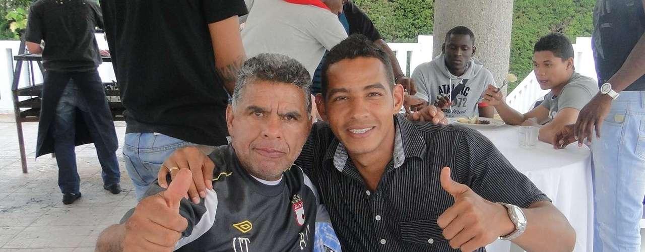 Alfonso Ovalle (utilero) junto a Wilder Medina, durante el asado de despedida de año de los jugadores de Santa Fe.