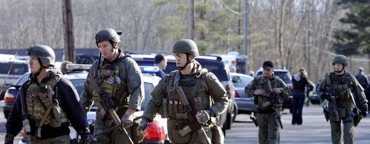 Dos hombres entraron a la escuela apenas iniciaron las clases, armados hasta los dientes, y comenzaron a disparar a mansalva. Uno de ellos, de 20 años, murió. El otro terminó detenido.