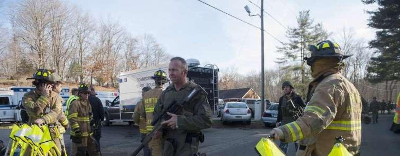 Tras el tiroteo, las autoridadesestablecieron un fuerte cerco alrededor de la escuela primaria donde ocurrró la tragedia.