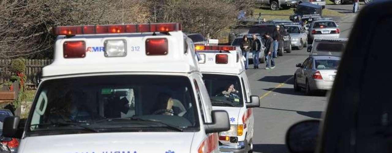 Decenas de ambulancias acudieron a las inmediacione de la escuela y por momentos el ruido ensordecedor de sus sirenas alartaron a toda la comunidad de Connecticut.