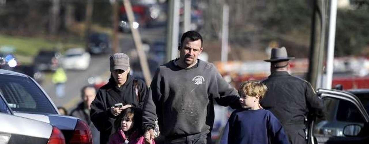 Los niños de la escuela primaria fueron evacuados y escoltados porelementos de la policia local.