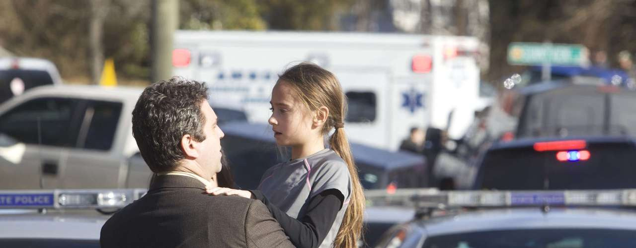 Parents pick-up their children after a shooting at Sandy Hook Elementary School in Newtown, Connecticut, December 14, 2012. A shooter opened fire at the elementary school in Newtown, Connecticut, on Friday, killing several people including children, the Hartford Courant newspaper reported. REUTERS/Michelle McLoughlin (UNITED STATES - Tags: CRIME LAW EDUCATION)