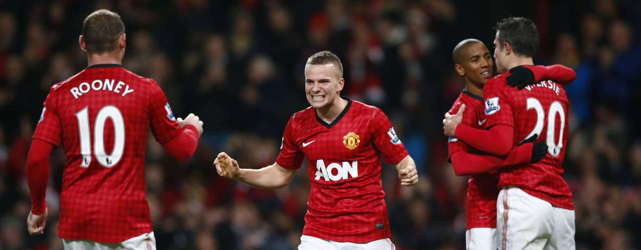 Manchester United's Wayne Rooney (L) celebrates his goal against Sunderland with Tom Cleverley during their English Premier League soccer match at Old Trafford in Manchester, northern England, December 15, 2012.
