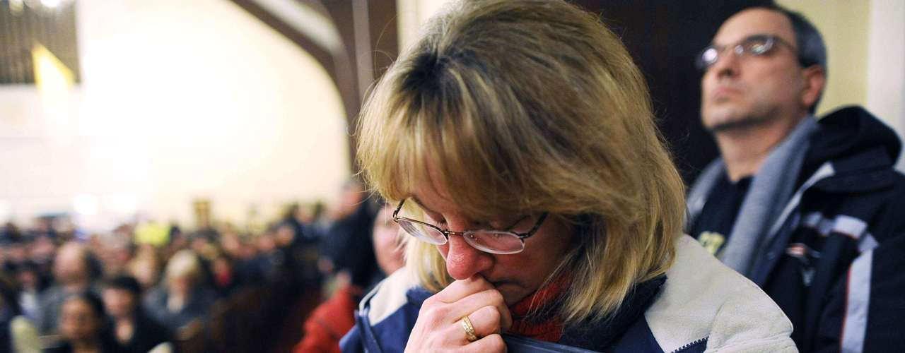 Mourners gather inside the St. Rose of Lima Roman Catholic Church at a vigil service for victims of the Sandy Hook Elementary School shooting that left at least 27 people dead - many of them young children - in Newtown, Connecticut, December 14, 2012. REUTERS/Andrew Gombert/Pool (UNITED STATES)