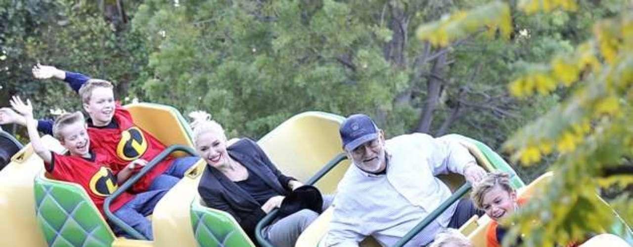 Gwen Stefani se divierte con sus hijos en Disneylandia, anticipando la temporada de fiestas.