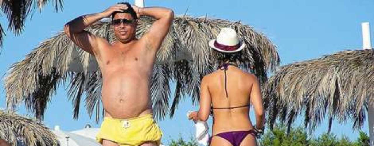 This was a famous photo that was all over the internet showing Ronaldo´s big belly while at the beach in Brazil.