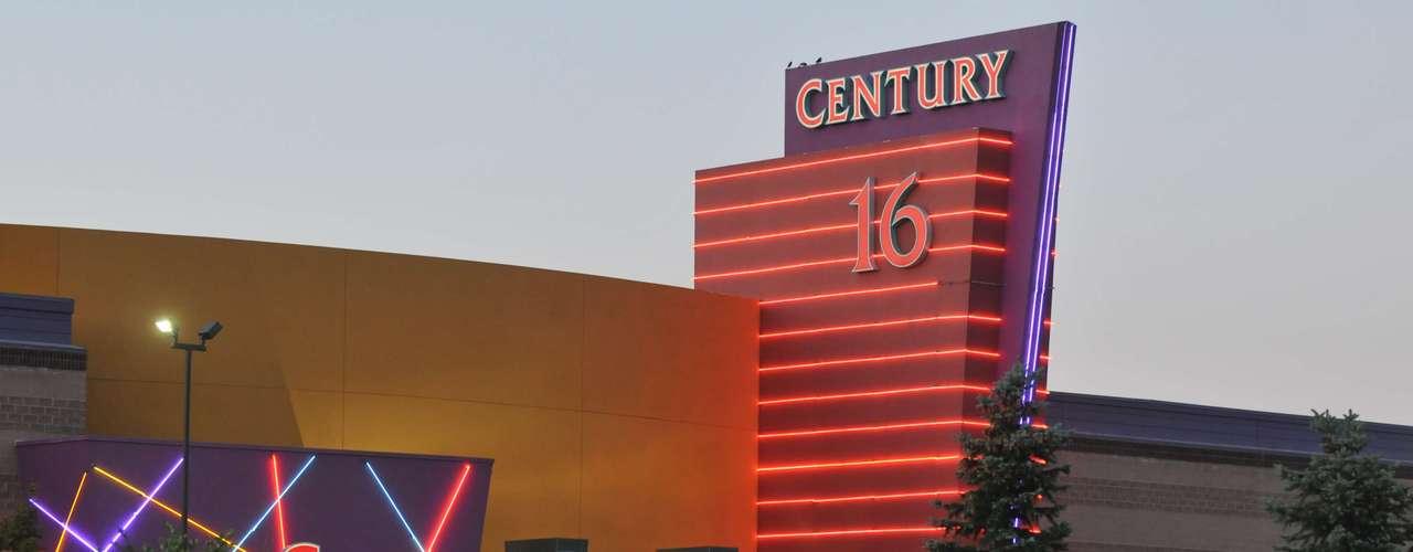 Y más recientemente, la masacre ocurrida en un cine en Aurora, Colorado. James Holmes entró al cine por la puerta de emergencia con varias armas de grueso calibre y comenzó a disparar a la multitud que disfrutaba de la última película de 'Batman'. El saldo fue de 12 muertos y varios heridos. Holmes está detenido y enfrenta varios cargos por homicidio. Una vez más, el debate recobra fuerza.