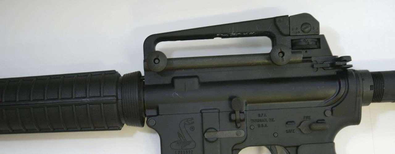 Lanza usó un rifle Bushmaster que dispara rounds de cientos de balas en cuestión de segundos. También llevaba dos pistolas. Las armas eran de su madre, quien las coleccionaba y las guardaba en la casa, en preparativo por algún ataque inesperado.