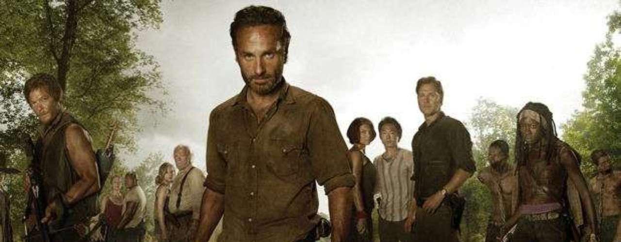 The Walking Dead. Tras un inexplicable apocalipsis zombie, el policía Rick Grames intenta supervivir al lado de su familia y un grupo de sobrevivientes.