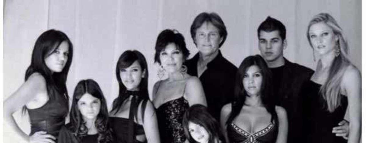 Esta foto a blanco y negro de los primeros años de esta década muestra a la familia Kardashian con la elegancia y glamour que los caracteriza, unida, mostrando su esplendorosa belleza