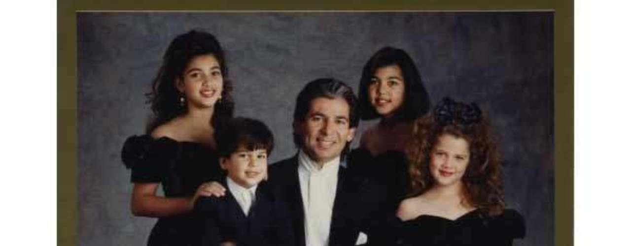 En esta foto los hijos del matrimonio Kardashian Kim, Rob, Kourtney y Khloe, salen compartiendo la celebración junto a su difunto padre, Robert.