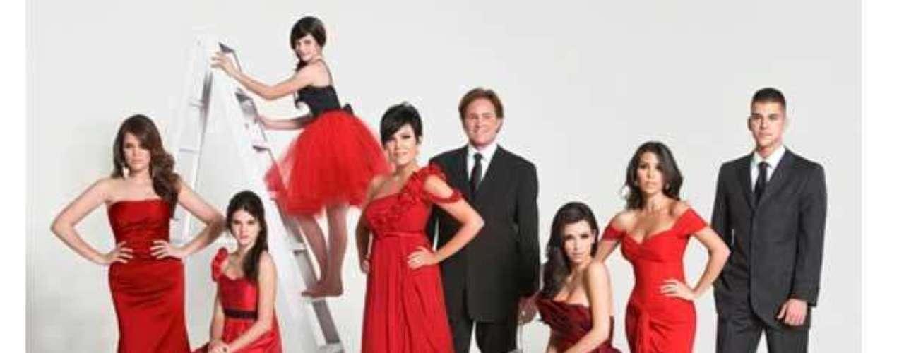Ya para el 2008 la familia decidió posar en un estudio blanco donde sobresalen los atuendos de todas las mujeres de la familia (Khloe, Kendall, Kylie, Kim, Kourtney y Kris) en color rojo intenso, y los caballeros (Bruce y Rob) muy sobrios en sus clásicos trajes negros