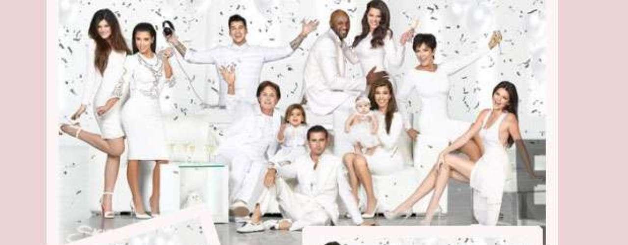 Happy Christmas!El clan Kardashian-Jenner posa junto a su familia en la postal de Navidad de 2012. De izquierda a derecha: Kylie, Kim, Rob, Lamar, Khloe, Kris, Kendall, Kourtney con Penélope, Scott, Mason y Bruce.