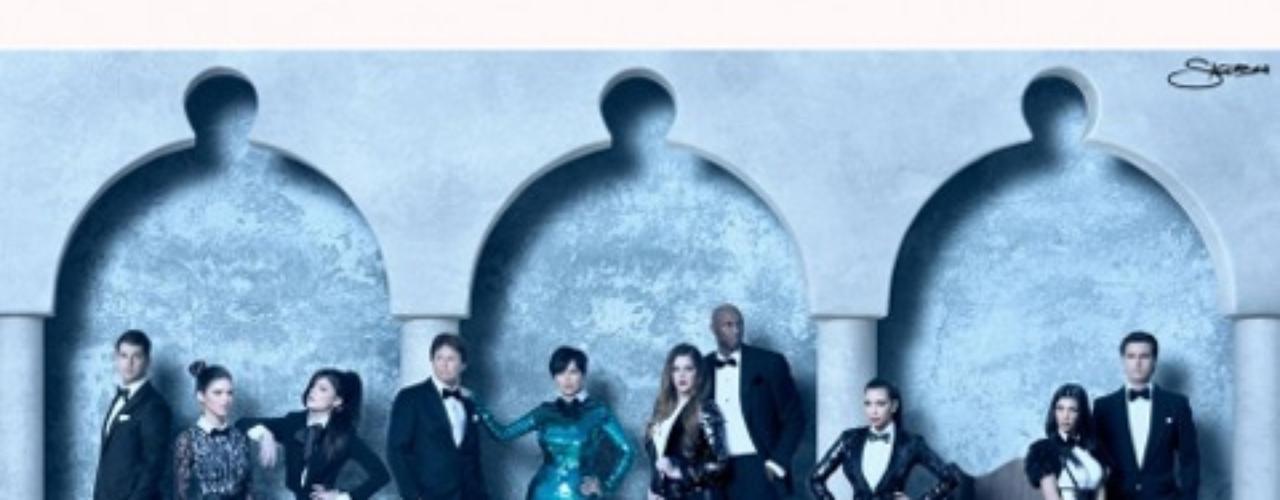 La postal navideña deñ 2011 de la familia Kardashian finalmente fue revelada.La fotografía, hecha para ver con anteojos 3 D, fue tomada por Nick Saglimbeni