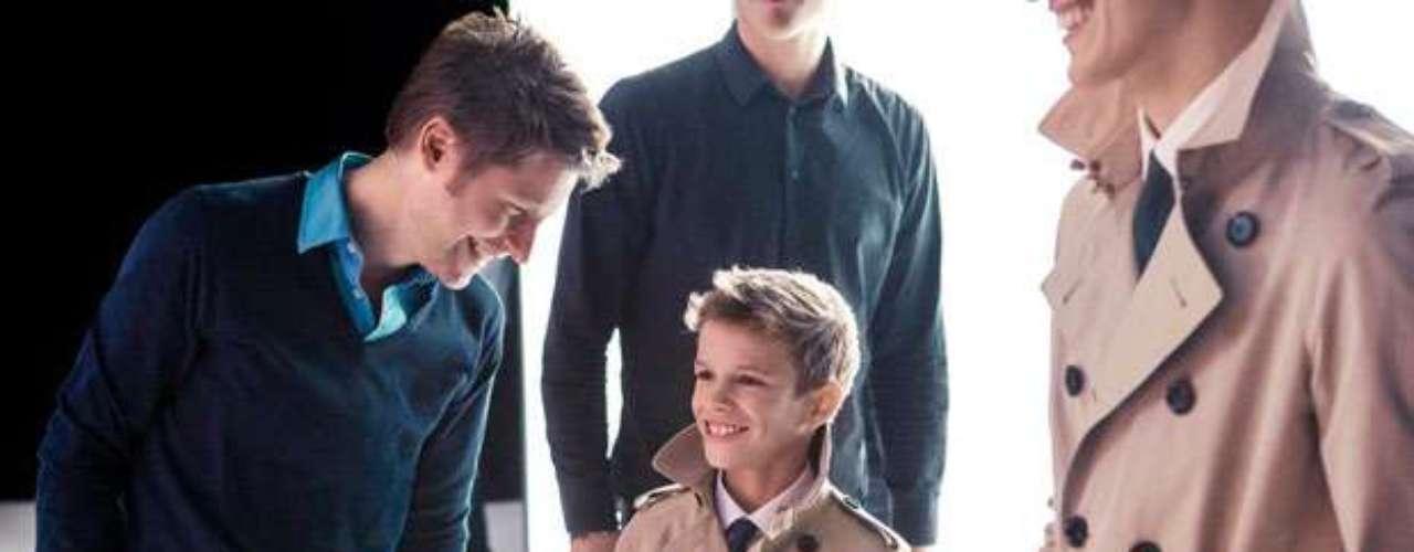 Romeo, el hijo de 10 años de David y Victoria Beckham, sigue los pasos de sus fotografiados padres y se ha convertido en la nueva cara de Burberry.