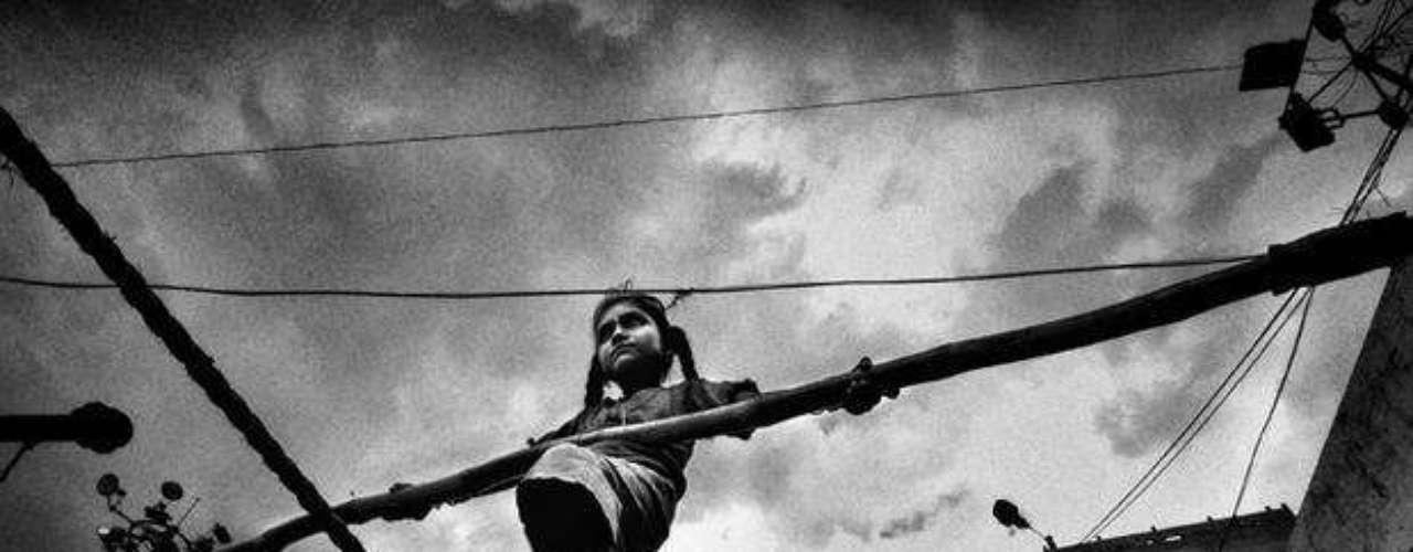 El segundo premio fue para el indio Abhiyit Nandi, que documentó las caras del trabajo infantil en su país con una serie en la que destaca la foto de una niña equilibrista.