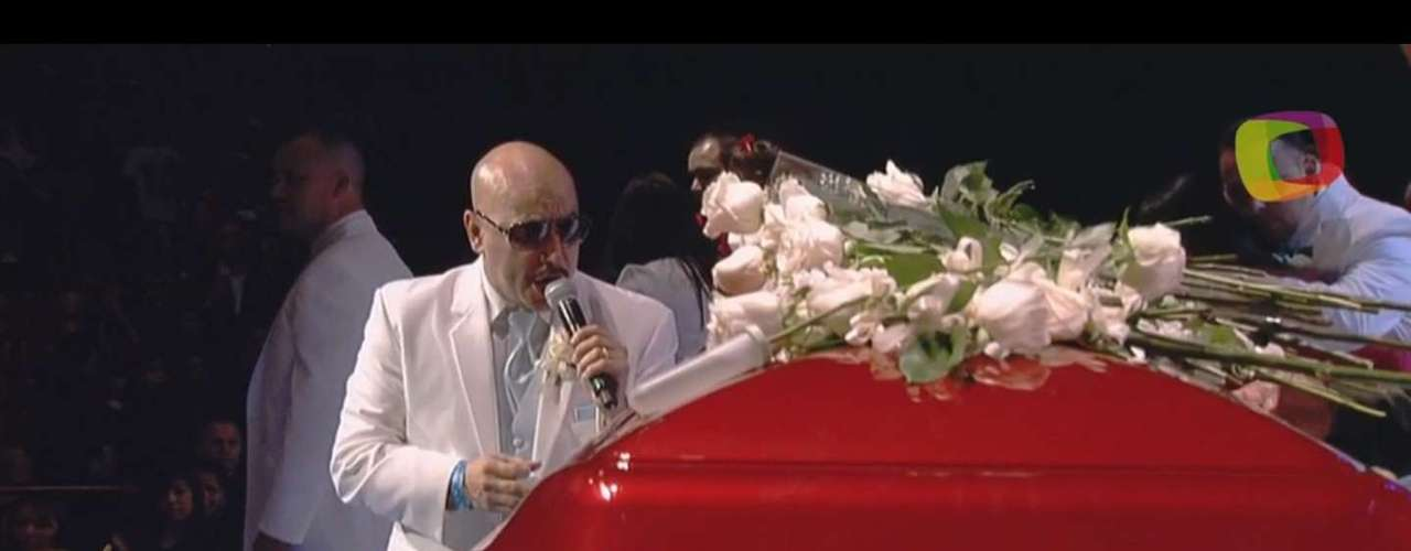 During Lupillo Rivera's speech, he was unable to sing live, but he later took a microphone and made his best effort to sing one last song to his sister.