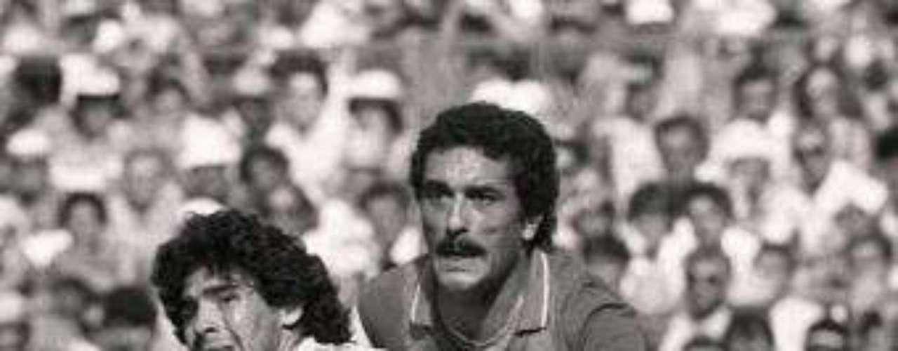 Ya en la Copa del Mundo, Italia empató ante Polonia, Perú y Camerún, calificando a la siguiente ronda tan sólo por mejor diferencia de goles que los africanos, aunado a que Paolo Rossi no había anotado. Entonces, Bearzot encerró a su selección a piedra y lodo, hizo un gran trabajo psicológico y en la serie ante Argentina, Claudio Gentile le hizo una gran marca a Diego Maradona para vencer 2-1 a la albiceleste. Después, con tres goles de Paolo Rossi, derrotaron 3-2 a Brasil y se instalaron en semifinales en donde vencieron 2-0 a Polonia.