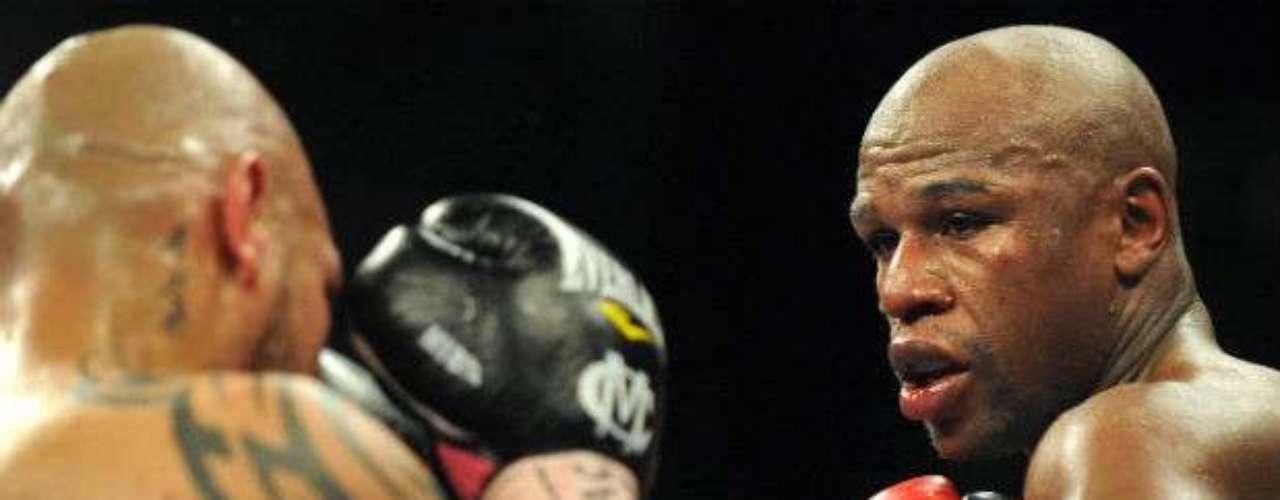 El 5 de mayo, el estadounidense Floyd Mayweather Jr (derecha) hizo buenos los pronósticos al vencer por decisión unánime al puertorriqueño Miguel Cotto y se proclamó como nuevo campeón de peso mediano junior, versión Asociación Mundial de Boxeo (AMB).