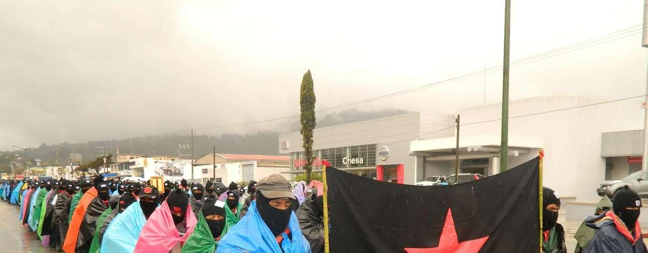 La demostración de fuerza zapatista, la primera en el Gobierno del nuevo presidente Enrique Peña Nieto, reunió a unos 40.000 miembros del movimiento que se alzó en armas hace casi 19 años para exigir justicia para los grupos marginados, principalmente los indígenas.