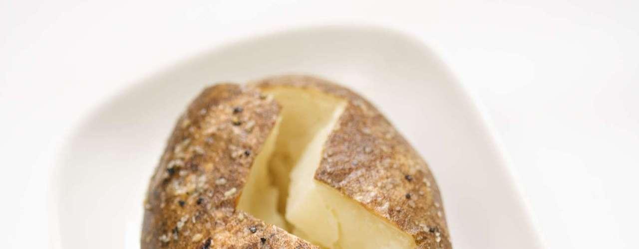 Rellena las patatas al horno con frijoles en lugar de mantequilla y queso. Eso evitará el consumo de 44g de grasa.