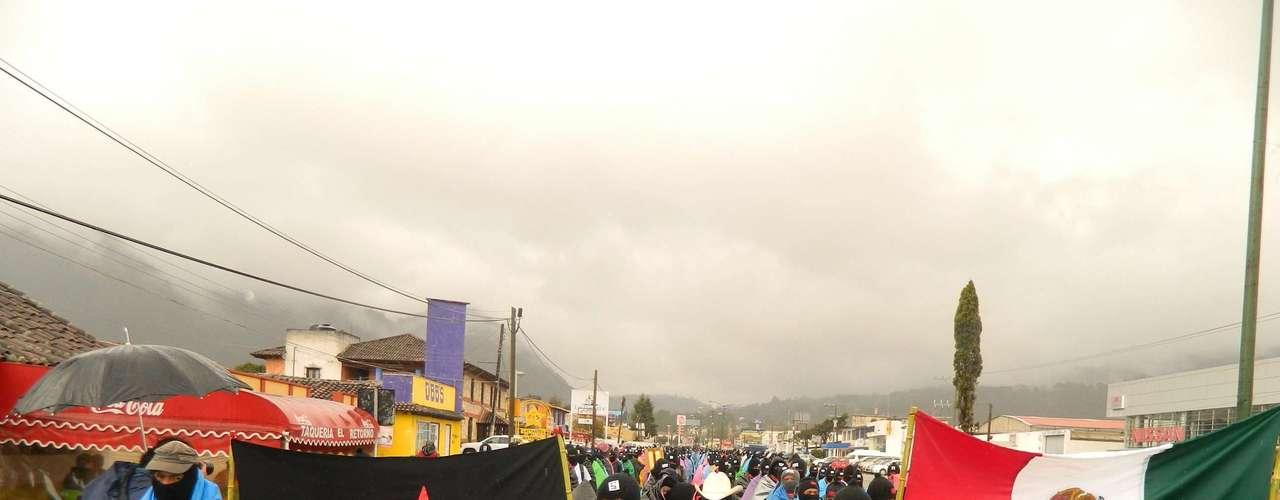 Hombres, mujeres y niños con los rostros cubiertos con pasamontañas, con números en la frente para identificar los contingentes, se movilizaron en Las Margaritas, Altamirano, Palenque, Ocosingo y San Cristóbal de Las Casas, en el suroriental estado de Chiapas.