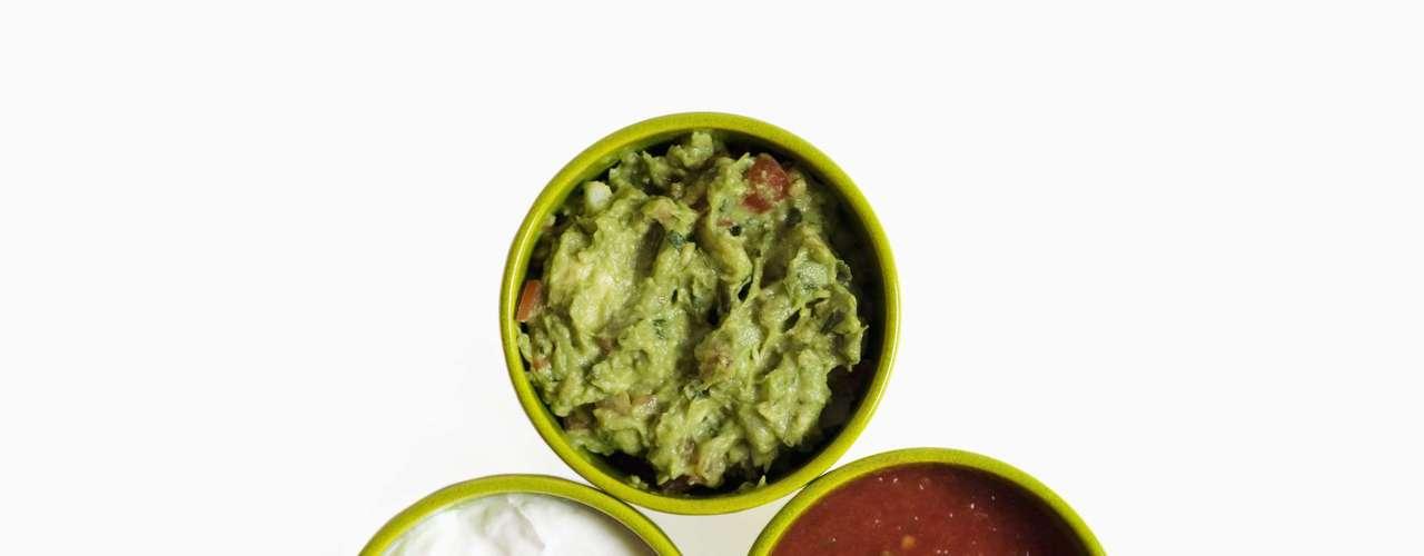 Cuidado con las salsas servidas como aperitivos. La salsa de tomate casi no tienen grasa, el guacamole tiene 16g, ya las elaboradas a base de queso ofrecen 33g o más.