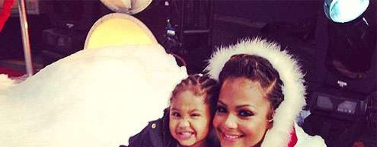 Cristina Millan es una feliz Santa junto a su hija Violeta. \