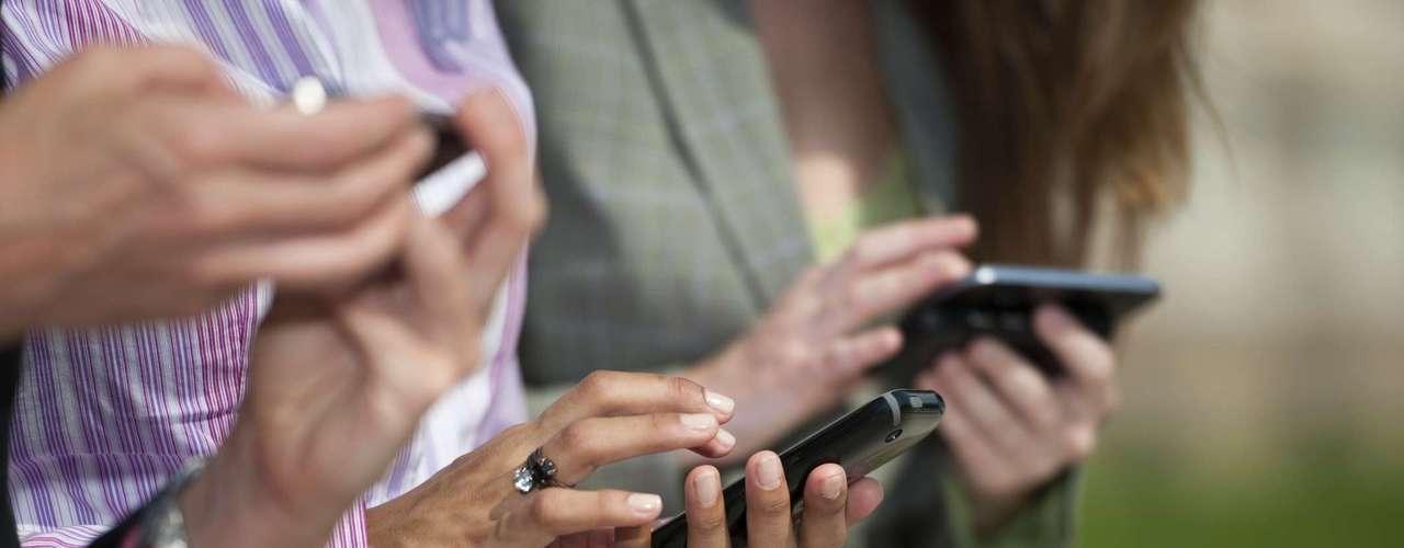 Un 85 por ciento de mujeres, frente a un 63 por ciento de los hombres, se encuentran a menudo compulsivamente consultando su smartphone para mensajes de texto, correos electrónicos o actualizaciones de las redes sociales.