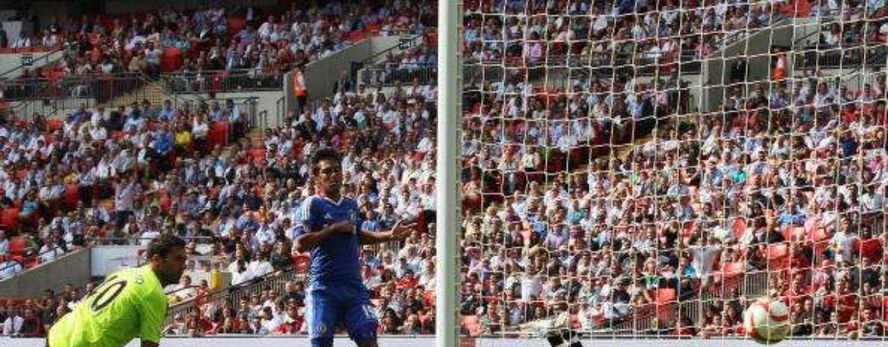En su primer partido oficial, el 8 de agosto de 2010, le marca al Chelsea un tanto raro con la cara.