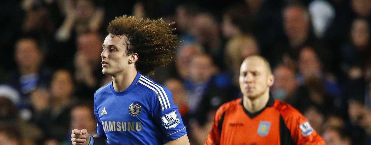 David Luiz, que jugó otra vez de mediocentro en vez de la defensa, logró el segundo con un zapatazo en un libre directo (29)