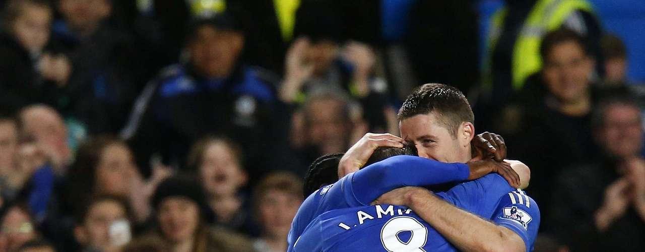 El equipo dirigido por el español Rafa Benítez recuperó la tercera posición (con un partido menos) al golear al Aston Villa.