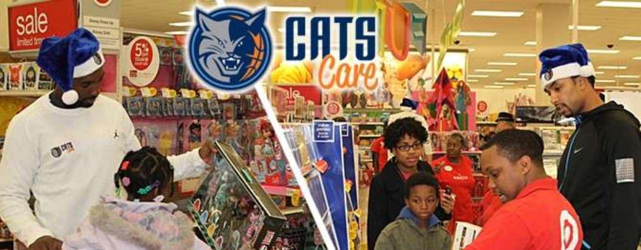 Jugadores de los Bobcats llevaron a algunos niños a comprar juguetes y después convivieron con ellos en una cena.