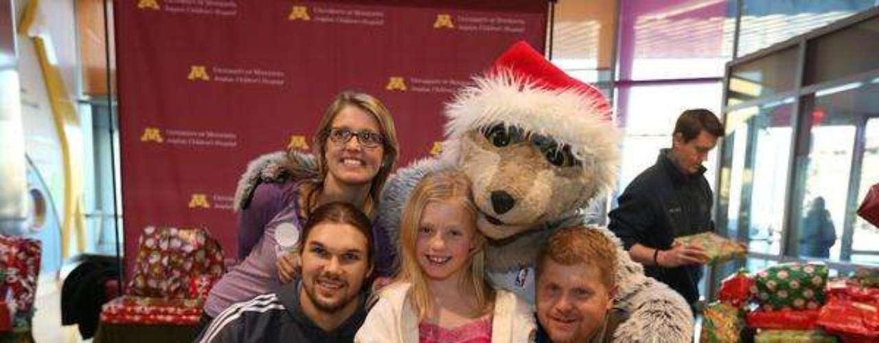 Louis Amundson, de los Timberwolves de Minnesota también visitó un hospital infantil.