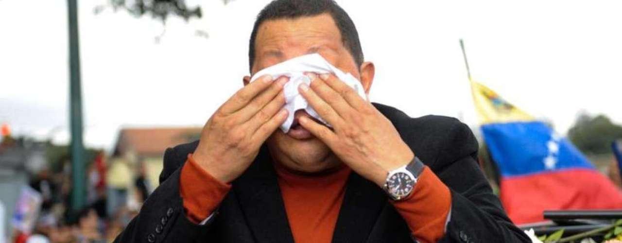 FEBRERO - El presidente venezolano, Hugo Chávez, se limpia la cara con un pañuelo en su camino al aeropuerto para viajar a Cuba, en Caracas, el 24 de febrero de 2012. Chávez viajó a Cuba para el tratamiento de un probable tumor maligno, que luego se confirmó. En ese momento no se sabían detalles de la condición del mandatario, quien recientemente tuvo una recaída y tuvo que ser intervenido nuevamente quirúrgicamente en Cuba.