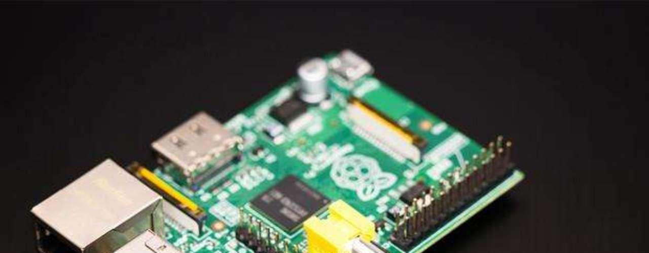 Raspberry Pi Model B: La computadora de 35 dólares se reduce a la parte más esencial de la máquina: la placa de circuito. La fuente de energía, pantalla, mouse y sistema operativo no están incluidos, pero el objetivo de este aparato es ayudar estudiantes a aprender con la tecnología, y no buscar competir con las grandes marcas.