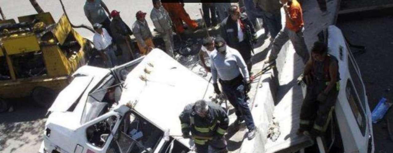 MARZO - Trabajadores limpian los desechos de un puente derrumbado que había caído sobre un autobús en la Ciudad de México, después de que el terremoto de 7,4 grados de magnitud sacudiera México, el 20 de marzo de 2012. El sismo dejó al menos siete heridos.