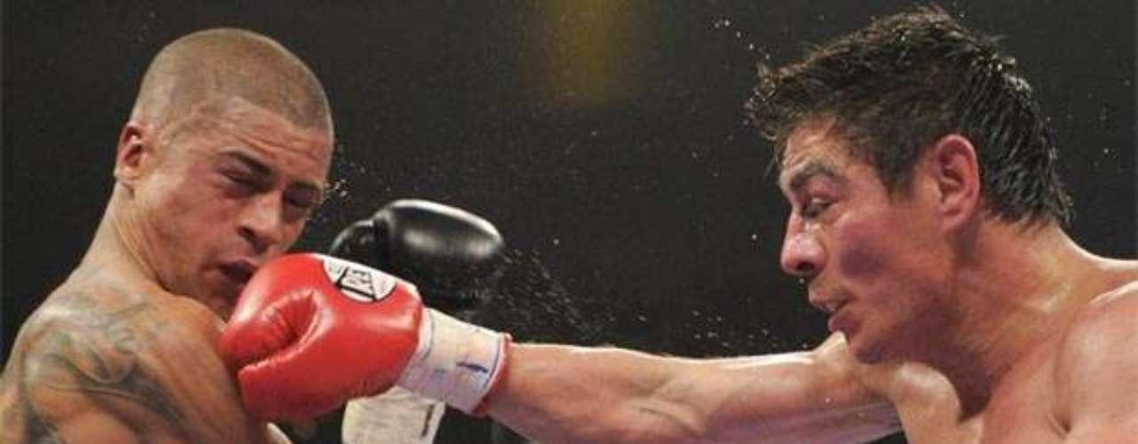 Su sexto campeonato mundial en total, y cuarto en distintas divisiones, fue conquistado el 7 de mayo de 2011 en Las Vegas, cuando noqueó en el round 12 al puertorriqueño Wilfredo Vázquez Jr. para ceñirse la diadema Supergallo OMB.