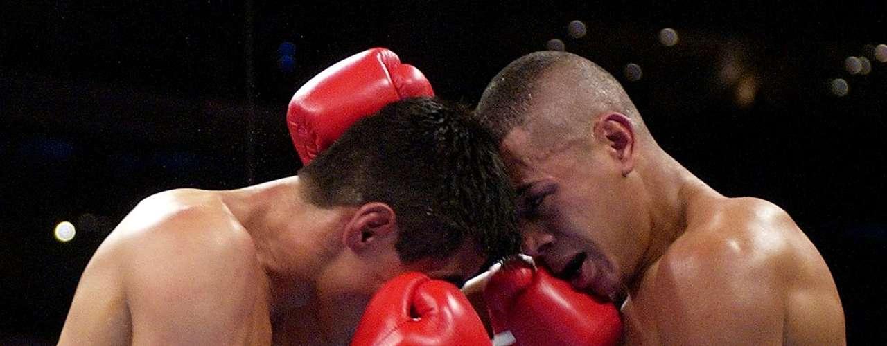 Después de nueve defensas exitosas del fajín supergallo del Consejo Mundial de Boxeo (CMB), subió a peso pluma para conquistar su segunda tiara universal al superar por clara decisión al yucateco Gustavo Espadas Jr. en Las Vegas, Nevada.