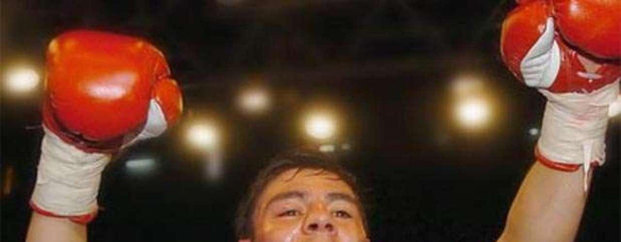 El 20 de octubre de 2001 conquistó su segundo cetro mundial, el Minimosca del Consejo Mundial (CMB), derrotando por decisión unánime al filipino Juanito Rubillar, en Tijuana. Hizo ocho defensas de este cetro.