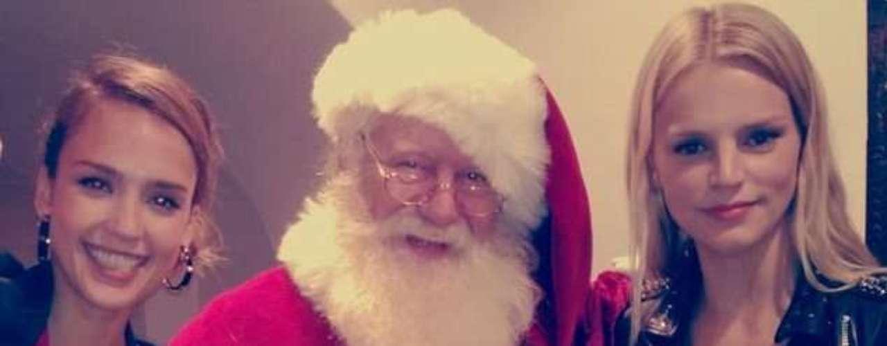 Jessica Alba y su amiga posan radiantes junto a Santa Claus